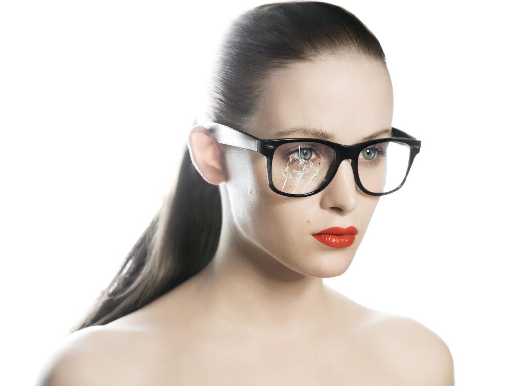 割れたメガネ